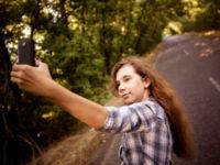 Meisje maakt een selfie